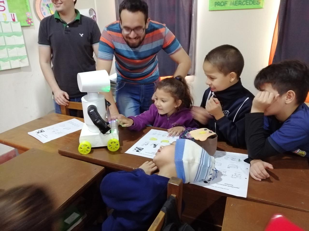 Crean un robot que enseña guaraní